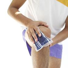 При ушибе необходимо обездвижить сустав и приложить холодный компресс.