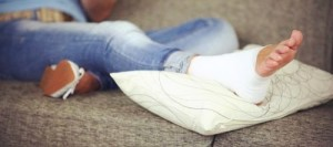 Положить ногу на возвышенность и наложить давящую повязку - первая помощь